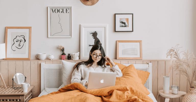 Netflix in bed vrouw met laptop
